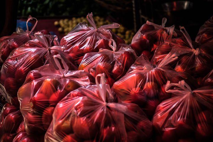 Obchody spotřebují až milióny kusů mikrotenových sáčků a plastových rukavic denně