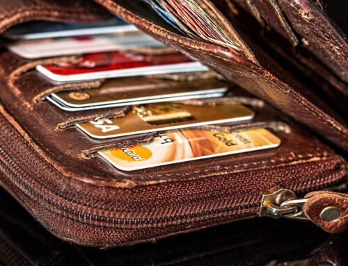Platební karty se zelenají, banky hledají cestu k jejich recyklaci